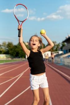 Tiro médio, de, menina, jogando tênis