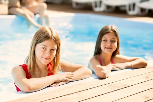 Tiro médio, de, meninas, sendo, em, piscina
