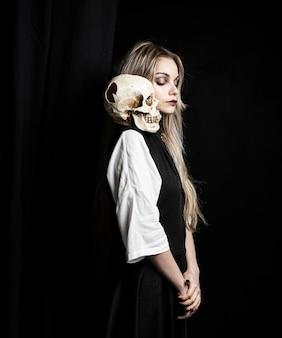 Tiro médio, de, mulher, com, cranio, ligado, ombro