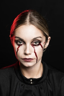 Tiro médio, de, mulher, com, fake, sangue, maquiagem
