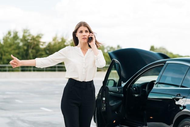 Tiro médio, de, mulher, hitchhiking
