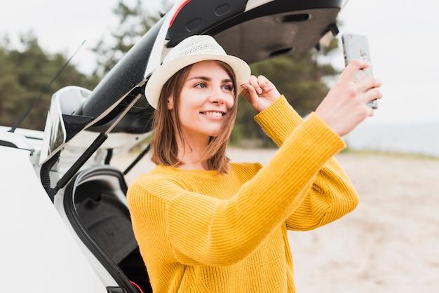 Tiro médio, de, mulher viajando, levando, um, selfie