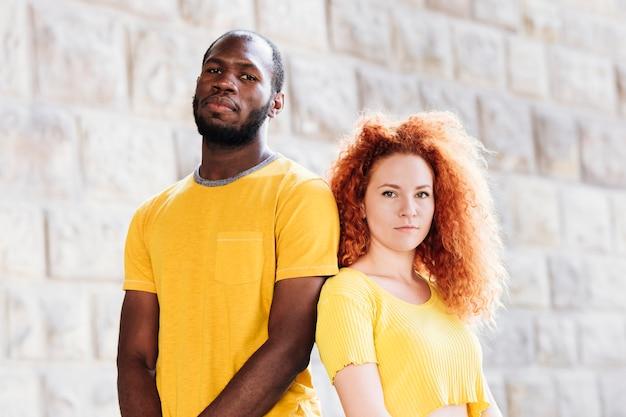 Tiro médio, de, par interracial, combinar, roupas