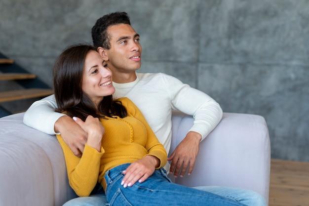 Tiro médio, de, par, olhando tv