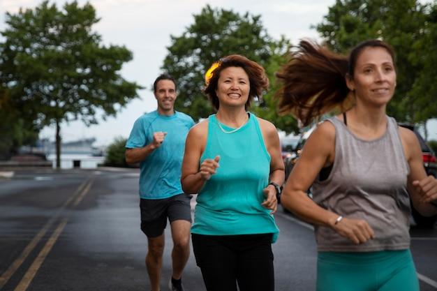 Tiro médio de pessoas correndo juntas