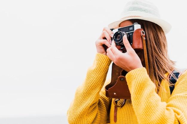 Tiro médio, de, viajante, fazendo exame uma fotografia