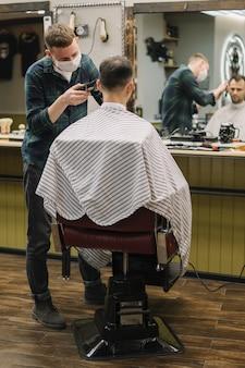 Tiro médio do homem na barbearia