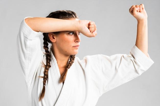 Tiro médio do lutador de mulher lateralmente