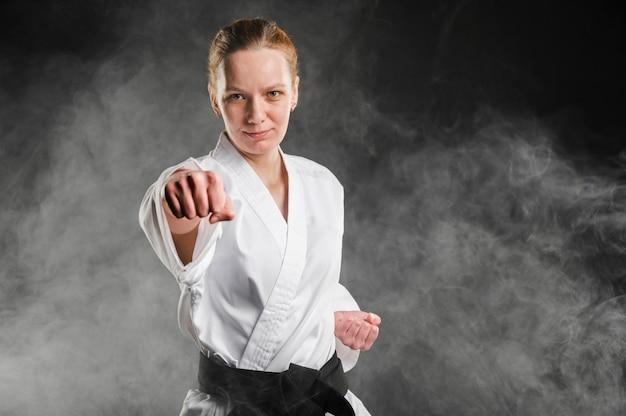 Tiro médio do lutador de mulher