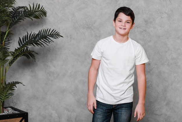 Tiro médio do menino moderno sorridente