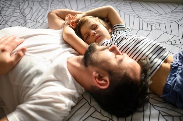 Tiro médio, dormir, pai e filho