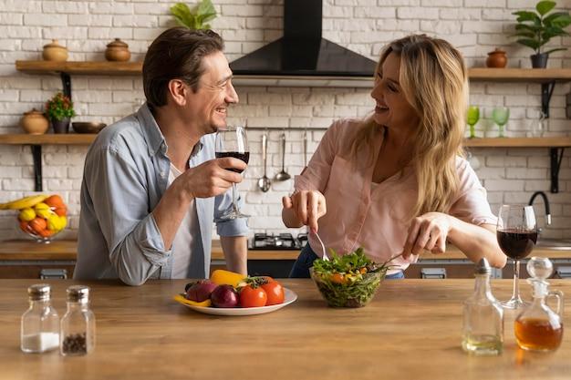Tiro médio em pessoas com comida e vinho