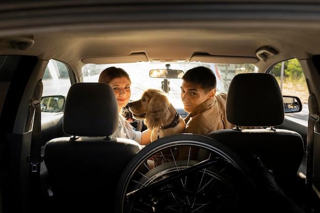 Tiro médio em pessoas em direção a cachorro no carro