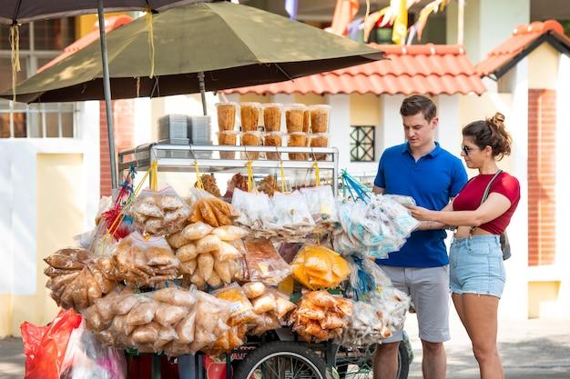 Tiro médio em pessoas no food truck