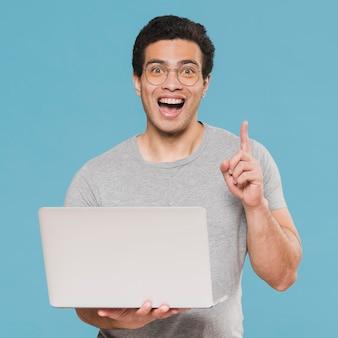 Tiro médio, estudante universitário e laptop sorridente