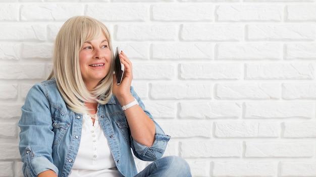 Tiro médio falando ao telefone
