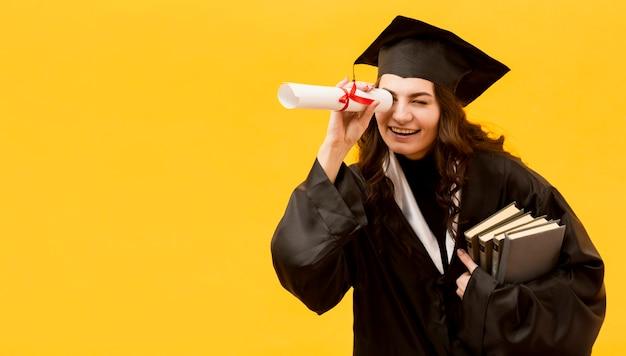 Tiro médio feliz estudante de pós-graduação