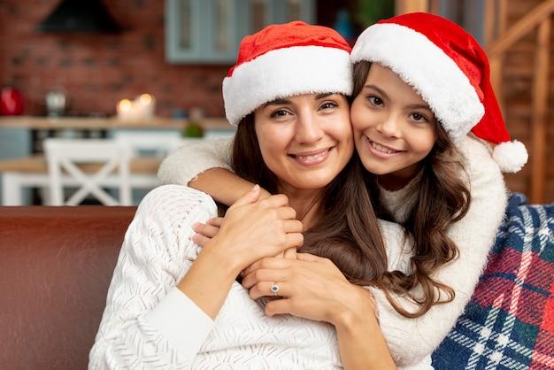 Tiro médio feliz mãe e filha dentro de casa