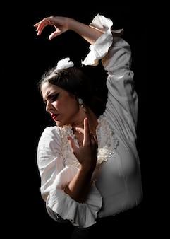 Tiro médio, flamenca, olhando baixo