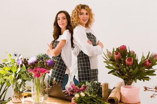 Tiro médio floristas posando juntos