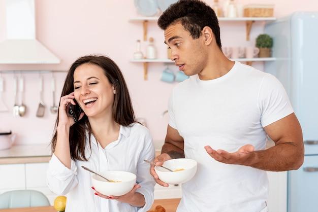 Tiro médio garota feliz falando ao telefone