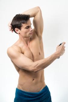 Tiro médio, homem, aplicando, desodorante