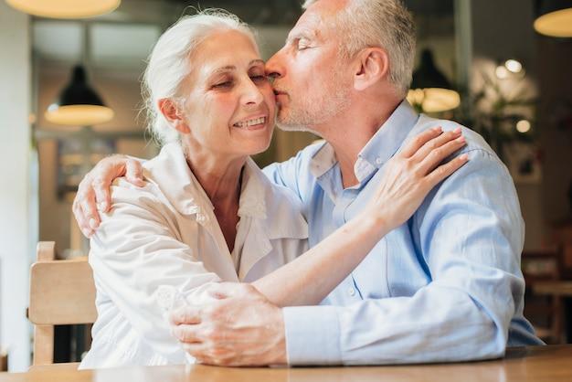 Tiro médio, homem beija, seu, esposa