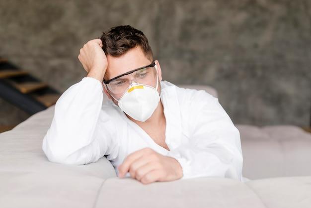 Tiro médio homem cansado com máscara médica
