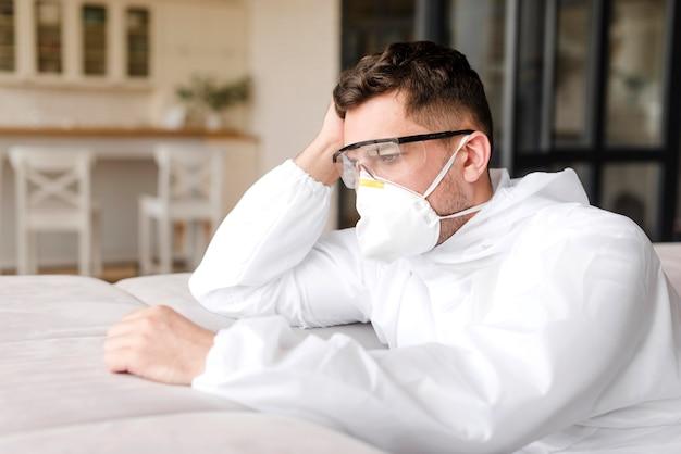 Tiro médio homem cansado usando máscara