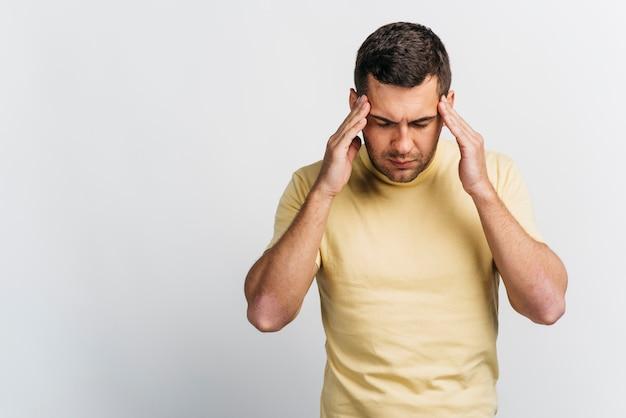 Tiro médio, homem, com, dor de cabeça