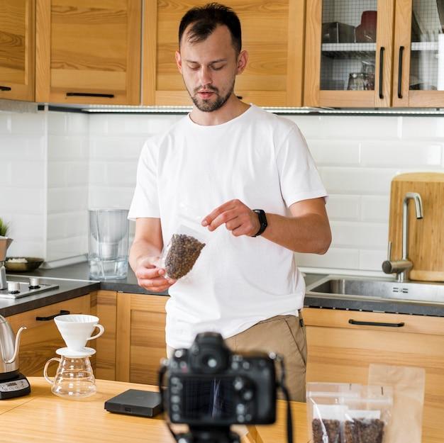 Tiro médio homem com grãos de café