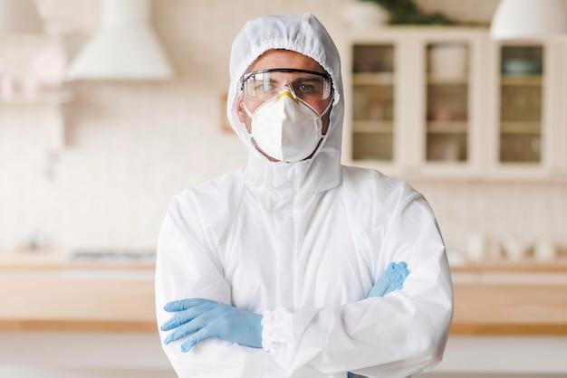 Tiro médio homem com traje de proteção