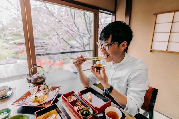 Tiro médio homem comendo