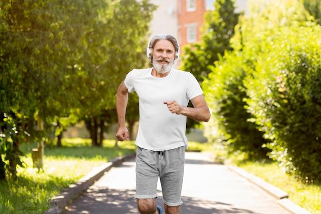 Tiro médio homem correndo ao ar livre