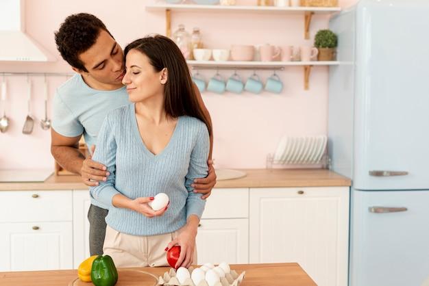 Tiro médio homem e mulher, tendo um momento