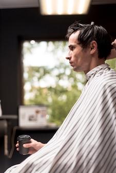 Tiro médio, homem, em, hairsalon