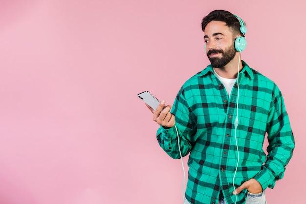 Tiro médio, homem, escutar música