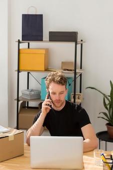 Tiro médio homem falando no telefone