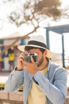 Tiro médio, homem, fazendo exame fotos