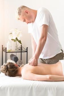 Tiro médio homem massageando as costas