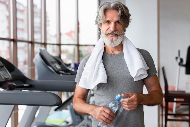 Tiro médio homem no ginásio