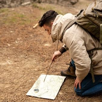 Tiro médio homem olhando para o mapa