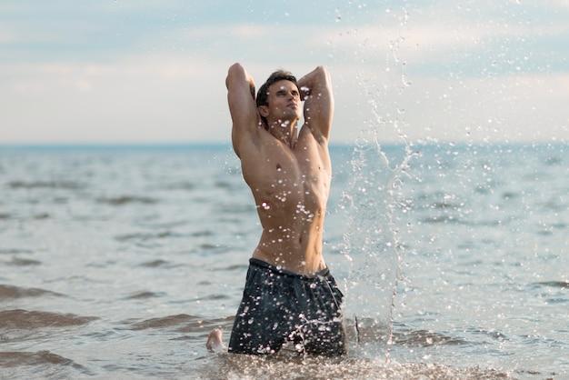 Tiro médio, homem, posar, em, água