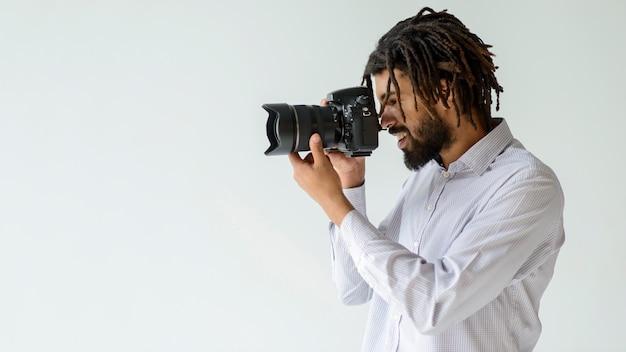 Tiro médio homem tirando fotos
