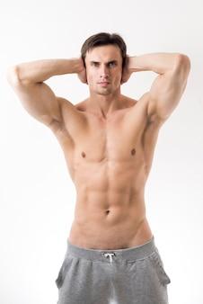 Tiro médio, homem topless, posar
