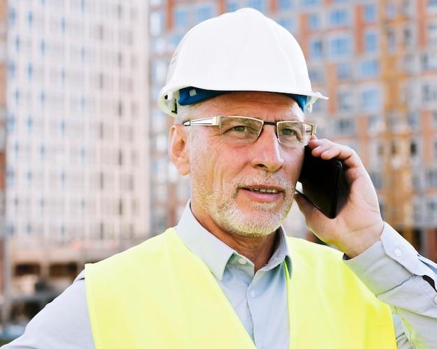 Tiro médio, homem velho, conversa telefone