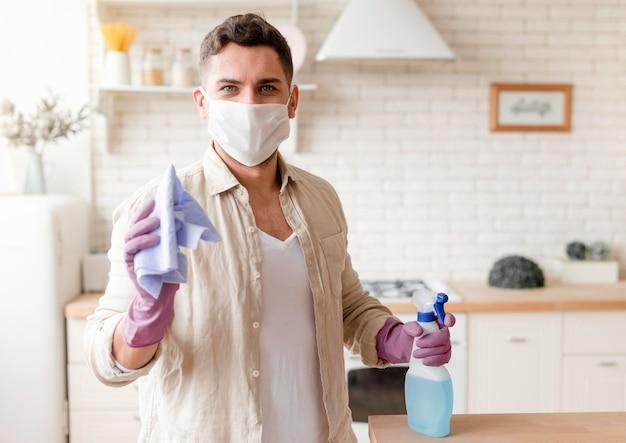 Tiro médio homem vestindo máscara cirúrgica