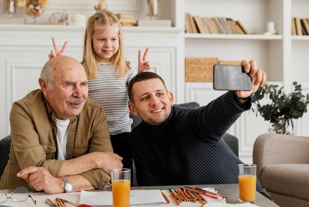 Tiro médio, homens e mulheres felizes tirando uma selfie