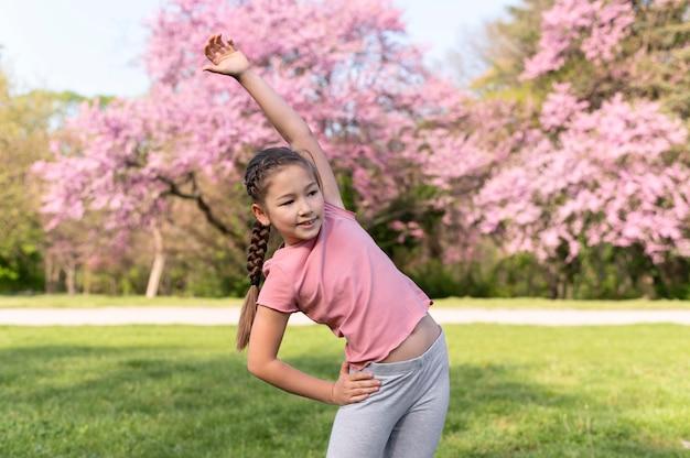 Tiro médio infantil treinando ao ar livre