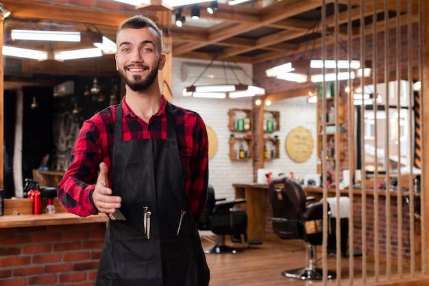 Tiro médio jovem cabeleireiro acolhedor